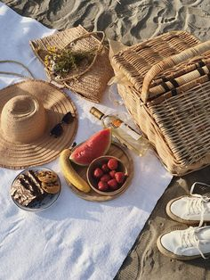 Picnic Date Food, Picnic Time, Picnic Ideas, Breakfast Picnic, Breakfast In Bed, Beach Picnic, Summer Picnic, Wedding Gift Baskets, Wicker Picnic Basket