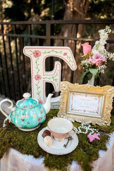 ideas for bridal shower tea party signs alice in wonderland Girls Tea Party, Tea Party Theme, Tea Party Cakes, Party Hats, Princess Tea Party, Party Queen, Birthday Table Decorations, Tea Party Decorations, Ideas Para Fiestas