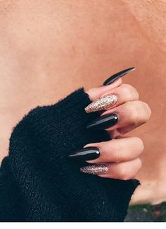 On average, the finger nails grow from 3 to millimeters per month. If it is difficult to change their growth rate, however, it is possible to cheat on their appearance and length through false nails. Long Black Nails, Black Nails With Glitter, Black Acrylic Nails, Long Nails, Acrylic Box, Black Coffin Nails, Winter Acrylic Nails, Cute Black Nails, Black Chrome Nails