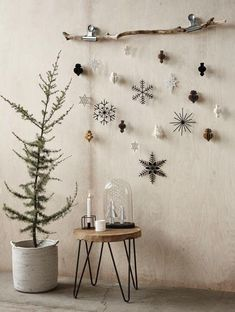 DIY Deko - 30 herbstliche Deko Ideen mit Zapfen basteln Weihnachtsdeko aus Papier an einem Ast dekoriert déco Noel Christmas, Christmas Paper, Winter Christmas, Christmas Crafts, Frugal Christmas, About Christmas, Scandinavian Christmas Ornaments, Modern Christmas Decor, Nordic Christmas