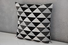 Housse de coussin - 40 x 40 cm - Tissu Jacquard imprimé triangles - Tons gris, noir et blanc - Tendance Scandinave : Textiles et tapis par aw-creations