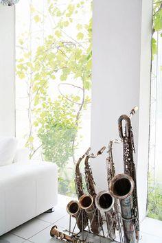 saxophones as decor - love it {from http://www.vartnyahem.se/hem/artiklar/2009-03/Luftig_och_ljus_design/}