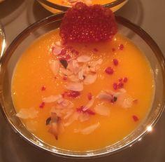 Panna cotta met abrikozencoulis, gedroogde frambozen, gebrande amandelen en een kletskop van rood fruit.