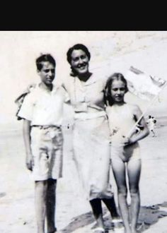 Eva with her brother Heinz and her mother Fritzi at Zanndfoort in 1939.