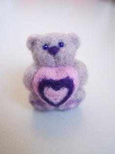Needle felted small bear Mímiwith pink heartLight by ArteAnRy, Needle Felted Animals, Felt Animals, Needle Felting Tutorials, Felt Brooch, Brooches, Fiber, Teddy Bear, Unique Jewelry, Toys