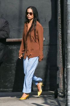 19 Super-Basics Celebs Always Wear Celebrity fashion staples: Zoe Kravitz in a brown silk shirt, blue trousers and satin shoes Look Fashion, Fashion Tips, Fashion Trends, Fashion Bloggers, Fashion Quiz, Fashion Art, Girl Fashion, Winter Fashion, Vintage Fashion
