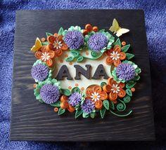 Caja de madera personalizada Decorada con motivos realizados con cartulina. Puedes encontrarla en tienda.elenartesana.com