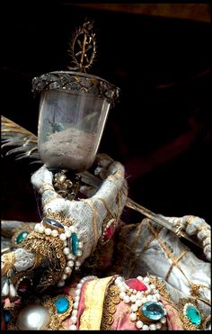 Unbelievable Skeletons Unearthed From The Catacombs Of Rome. Heavenly Bodies Cult Treasures and Spectacular Saints from the Catacombs By Paul Koudounaris Memento Mori, Rome Catacombs, Ideas Principales, Catholic Saints, Indiana, Medieval, Most Beautiful, Gold, Skeletons
