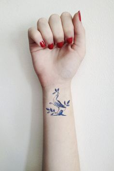 I loooove the idea of a tattoo in the style of Dutch pottery! Might be just the thing I'm looking for with my magpie idea. | Temporary tattoo vintage 'Delfts Blauw' bird