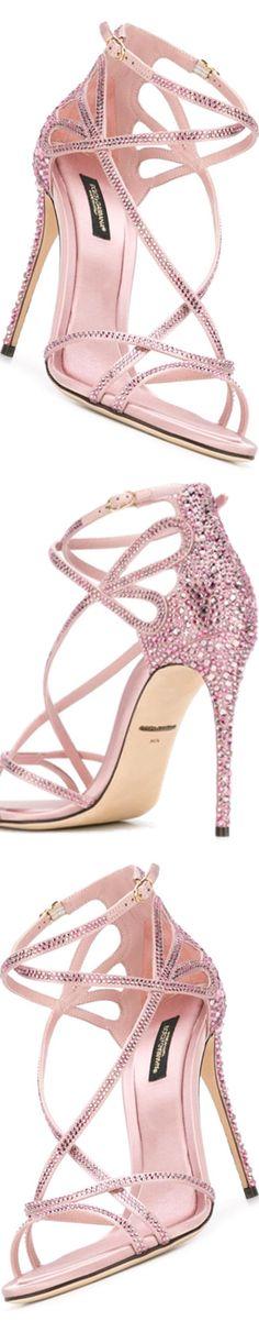 Sandales rose à talons vertigineux et serties de strass, et si l'on trouvait le bijou qui irait avec ? Tous les bijoux sertis de pierres roses véritables sur Juwelo