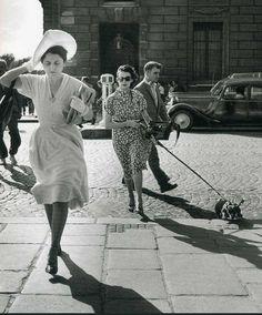 Coup de vent dans la rue Royale, en 1949. |¤ Robert Doisneau