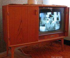 Televisão de 1950. Elas já faziam parte da mobília da casa.Ainda na década de 50, milhares de pessoas já tinham acesso à TV nos EUA, Europa e Ásia e, para alegria dos brasileiros, ela desembarcou por aqui com a ajuda do empresário Assis Chateaubriand.