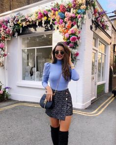 Outfit Blaue Bluse und Minirock Tips For Chosing The Ideal Jewelry To Match Your Wedding Dress I thi Paris Outfits, Winter Fashion Outfits, Mode Outfits, Look Fashion, Skirt Fashion, Spring Outfits, Autumn Fashion, Fashion Women, Blue Fashion