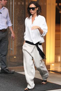 Victoria Beckham's Dramatic Style Transformation Mode Victoria Beckham, Victoria Beckham Outfits, Fashion Weeks, Victoria Fashion, Trends, Casual Chic, Casual Outfits, Womens Fashion, Clothes