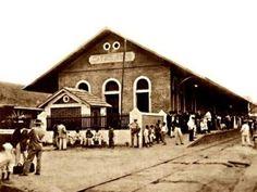 """Estação Ferroviária à época em que o principal meio de transporte era o trem. A pequena """"casinha"""" à frente da estação foi demolida nos anos 80."""
