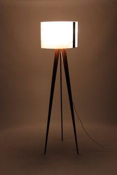 Lamppu, jalkalamppu. Muotoilualan opiskeljan tekemä design.