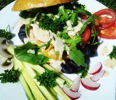 Veggie burger I.  - fazole - cibule - sůl - pepř - česnek - sojová omáčka - kmín   Domácí hořčice - hořčičná semena - agávový sirup - olivový olej - jablečný ocet - umeocet - sojanéza  Zdobení - salátek - rajčata - cibule - okurek - ředkvička -