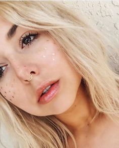 What do you get if you combine the current unicorn highlighter trend with the 'no makeup makeup' look? Foil freckles, the next big Instagram trend!