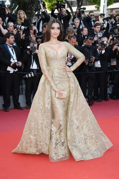 Sonam Kapoor in custom ELIE SAAB Haute Couture at the 'The Killing Of A Sacred Deer' screening during the annual Cannes Film Festival. Sonam Kapoor, Mode Bollywood, Bollywood Fashion, Tokyo Fashion, Fashion 2017, Dress Fashion, Elie Saab Haute Couture, Divas, Gold Gown