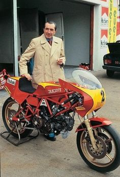 Ducati chief designer and technical director, Fabio Taglioni behind a 1982 Ducati 600 Pantah TT racer Moto Ducati, Ducati 600, Ducati Motorbike, Ducati Cafe Racer, Ducati Scrambler, Cafe Racer Bikes, Racing Motorcycles, Moto Guzzi, Vintage Motorcycles