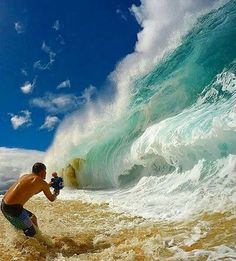 This takes guts!!😨🌊 Amazing waves in Hawaii 😍 Follow @the.success.club👈 Tag a friend😊👇 - Credits to @tharinrosa