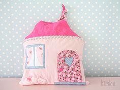 Namenskissen Häuschen rosa pink girly Haus Katz... von larilou kids auf DaWanda.com