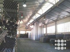 Nave industrial en Alquiler Castellbisbal - Ref. P4137- Nave industrial en P.I. Santa Rita de Castellbisbal con una superficie total de 1.909m².   Dispone de puertas tipo TIR con acceso peatonal independiente, oficinas acondicionadas en planta altillo con aire acondicionado, instalación de suministros y patio privativo de 1.988m².   Se caracteriza por su excelente ubicación e imagen corporativa.