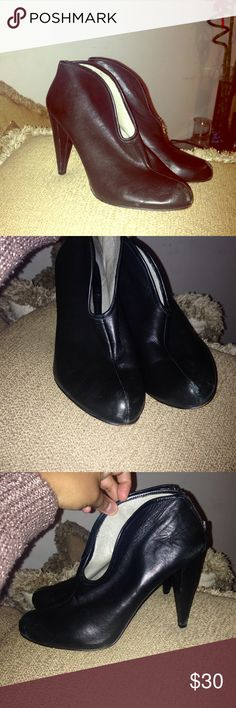 Vince Camuto Heels 👠 *Black Leather *No damage on leather sides only on tip leather is pealing *Inside Clean *No size Tag but it's a 7 ❤️️🌸❤️️🌸Make Me An Offer ❤️️🌸❤️️🌸 Vince Camuto Shoes Heeled Boots