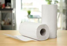 Acredite: o papel toalha da cozinha tem muito mais potencial do que você imagina. Além de secar a gordura dos alimentos, ele também pode ser usado para vários outros fins. A seguir damos dicas para você aproveitar ao máximo esse item. Muito chato quando a chaleira está fervendo e você descobre que o filtro de café acabou, né? Não tem problema. Pegue uma peneira e cubra-a com algumas folhas de papel toalha. Liquid Laundry Detergent, Dish Detergent, Rebate Apps, Stuff For Free, Toilet Paper, Household, Essentials, Numbers, Apartment Living