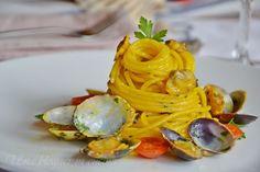 Spaghetti vongole e zafferano, un primo di pesce semplice ma allo stesso tempo particolare, speziato e colorato.