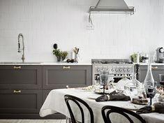 Donkergrijze keuken met marmeren keukenblad | HOMEASE