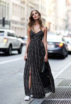Street style | Printed slit maxi dress, white sneakers and a handbag