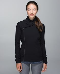We love to hang on to that post-yoga high for as long as possible after class. This tight-fitting jacket was designed with a cozy collar so we stay blissed out on the walk h'ommmmm.