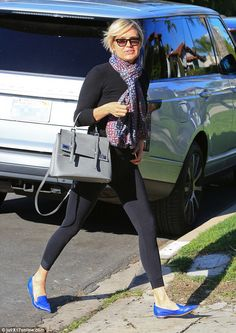 Yolanda Foster looks chic in leggings for outing in Beverly HIlls Yolanda Foster, Outfit Invierno, Looks Chic, Wearing Black, Timeless Fashion, Chic Outfits, Dame, Celebrity Style, Winter Fashion