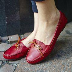 Para alegrar a produção no ato, escolha o mocassim vermelho! Ultrafeminino e confortável, ele traz o bom humor necessário às produções do outono!