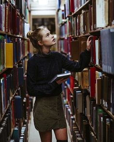 book, girl, and library imageの画像