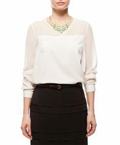 koton: statement-kaulakoru valkoisella paidalla ja mustalla hameella