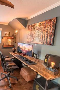 Warm Industrial Workstation by Pneub – Modern Home Office Design Computer Desk Setup, Gaming Room Setup, Computer Room Decor, Gaming Computer Setup, Best Gaming Setup, Gamer Setup, Pc Setup, Home Office Setup, Home Office Space