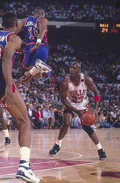 Chicago Bulls Michael Jordan in action vs Detroit Pistons. Michael Jordan Basketball, Jordan 23, Jeffrey Jordan, Jordan Bulls, Love And Basketball, Basketball Legends, Basketball Pictures, Sports Pictures, Jordan Swag