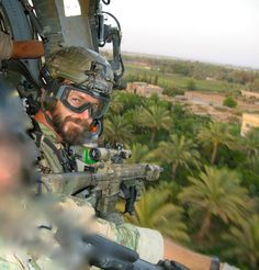 U.S. Delta Force operator rides in a helicopter in Ramadi Iraq 2006. (919x960)