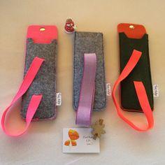 Pen case with elastic band for notebooks Felt Pencil Case Diy Crafts To Do, Felt Crafts, Fabric Crafts, Sewing Crafts, Sewing Projects, Art Projects, Rubber Band Sizes, Felt Bookmark, Felt Case