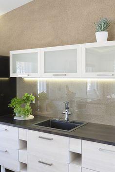 Keittiön seinä on saanut harmonisen sävyn Tunto Kivi -kivipinnoitteella, sävy 27 Aurinkokivi.