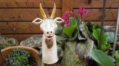 Bezaubernde, handgearbeitete Ziege aus Keramik. Diese Ziege ist ein absoluter Blickfang für Haus, Garten, Terrasse…. Geben Sie diesem Keramik-Einzelstück ein ganz besonderes Plätzchen. Kleine...