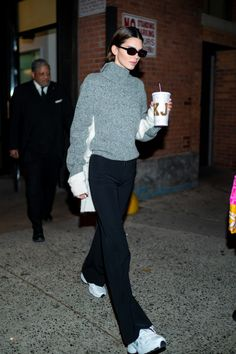 Kendall jenner style 601863937688658042 - Kendall Jenner Swaps Her Vintage Vuitton Bags For A Personalised Reusable Coffee Cup Source by tokyotoyshop Mode Outfits, Casual Outfits, Fashion Outfits, Kendall Jenner Outfits, Kylie Jenner, Jenner Hair, Jenner Makeup, Magazine Mode, Model Street Style