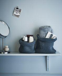 Ein Badezimmerregal, u. a. bestückt mit NORDRANA Körben in Grau