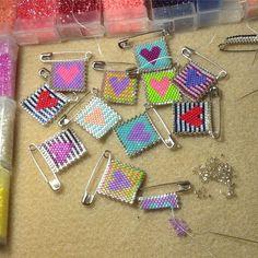 Bead Loom Patterns, Beaded Jewelry Patterns, Beading Patterns, Safety Pin Crafts, Safety Pin Jewelry, Seed Bead Jewelry, Bead Jewellery, Motifs Perler, Peyote Beading