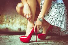 Stylish Saturdays: 5 Tips for How To Walk In Heels With Grace. Making it my goal to master walking in heels before Beth's wedding! Stiletto Heels, Shoes Heels, Red Shoes, Louboutin Shoes, Christian Louboutin, Etiquette And Manners, Walking In Heels, Red High Heels, Red Pumps