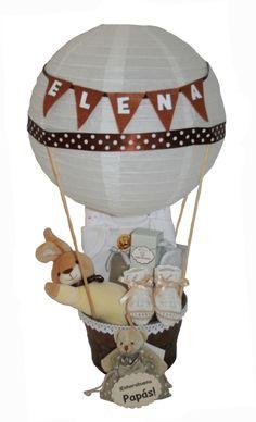 Cesta Globo Blanca  Original y preciosa cesta globo ideal como regalo para el recién nacido o como regalo a la futurá mamá en una Babyshower.  Puedes personalizarlo con guirnalda de banderines con el nombre del bebé (si lo deseas también puedes bordar o estampar los bodies con su nombre, aunque esto nos llevará 2-3 días más, consúltanos a info@lacestitadelbebe.es www.lacestitadelbebe.es