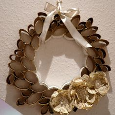 Fantastic Ways To Recycle Toilet Paper Rolls When it comes to re-purposing, it's all about creativity! Check out these fun and easy ways to reuse and recycle those toilet paper rolls. Fun Crafts, Crafts For Kids, Arts And Crafts, Christmas Paper Crafts, Christmas Wreaths, Grapevine Wreath, Burlap Wreath, Rolled Paper Art, Craft Images