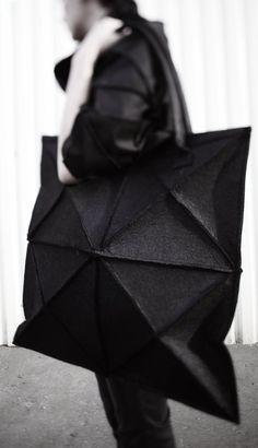 Geometrische vilten tas / avant-garde black bag / giant tas